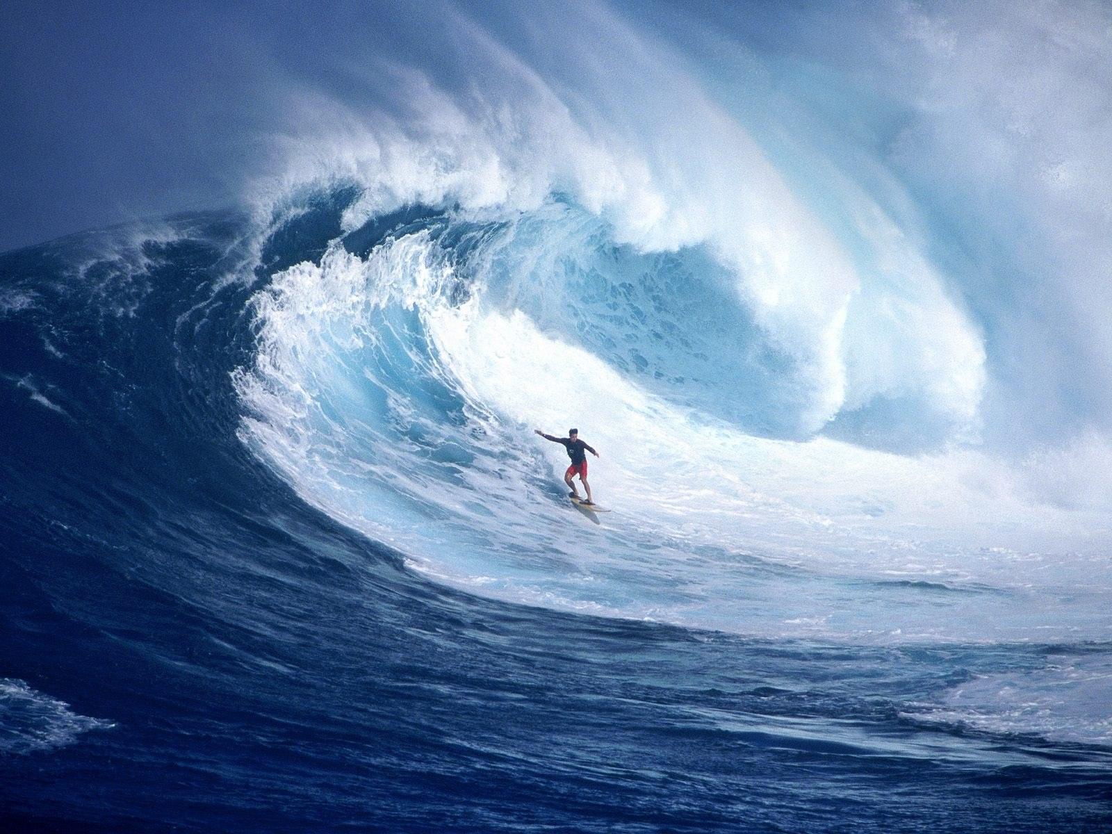 海で行われるサーフィン